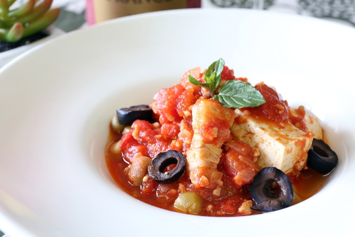 """""""Simmered Okinawan Tofu and Suchika with Tomato Sauce"""" Goes Well with Sparkling Wine"""