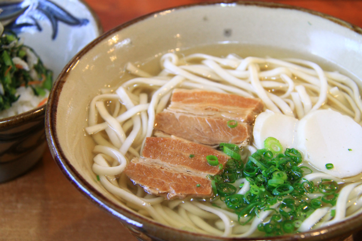 Situated Near Naha Airport, [Toraya] Offers Delightfully Tasty Homemade Mokutan (charcoal) Soba Noodles