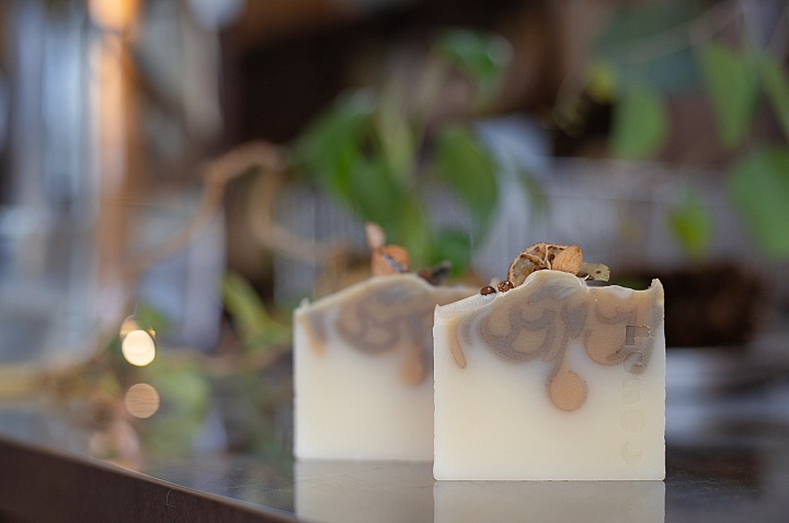 Packed with ingredients of Okinawa, soaps by [Savonnerie de la lune] will brighten your day.