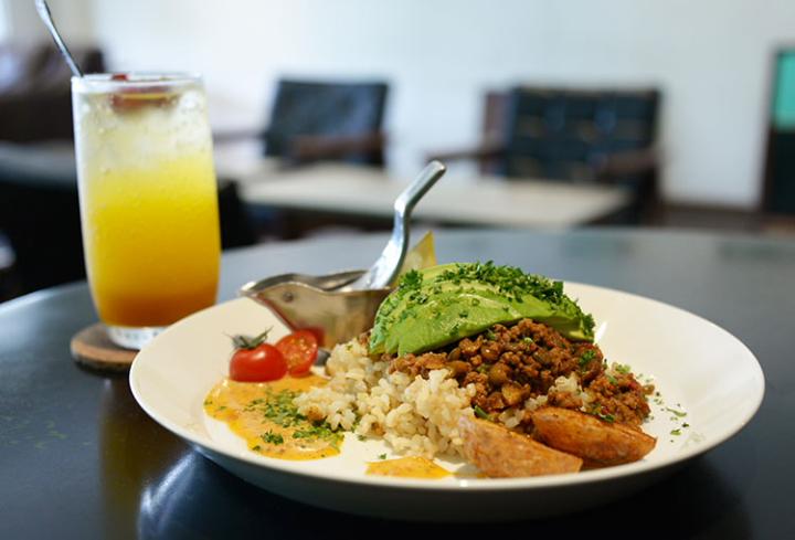 CAFE AZZURROではアボカドチリコンカンやパニーニが味わえます