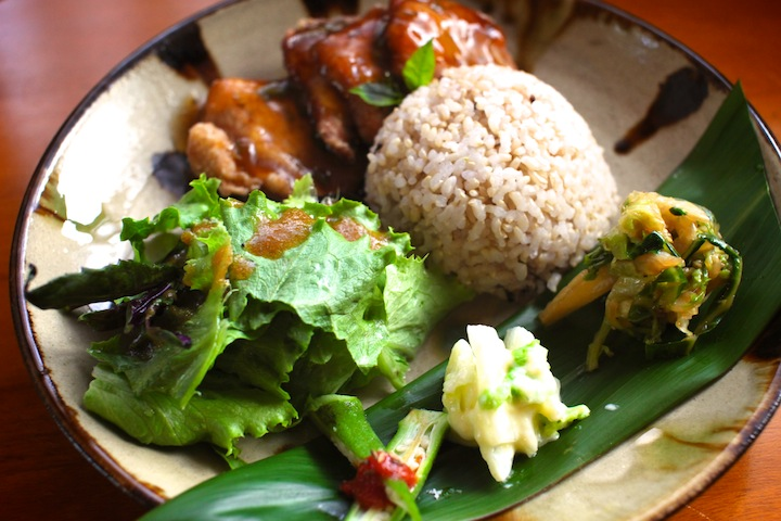 沖縄の旬の野草とオーガニック料理を赤瓦の古民家で。沖縄市のヤソウカフェyamacha