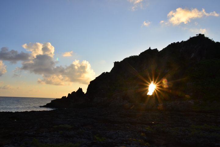 岩の隙間から朝日が見えます