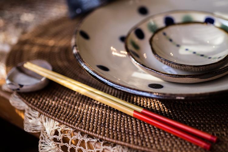 沖縄の伝統的な赤と黄色のお箸「うめーし」