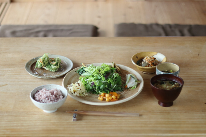 新鮮な野菜を使ったカフェこくうのランチプレート