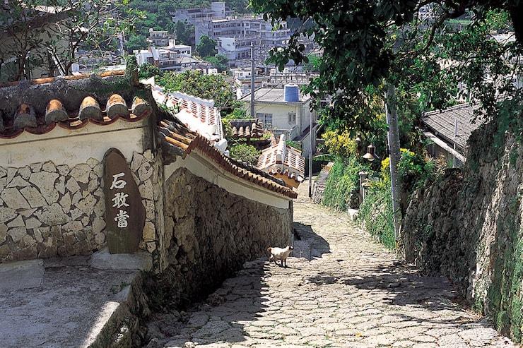 沖縄の風情を感じる石畳の街並み
