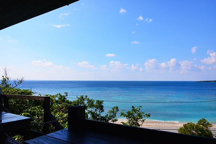 テラス席では目の前に広がる真っ青な海を眺めることができます