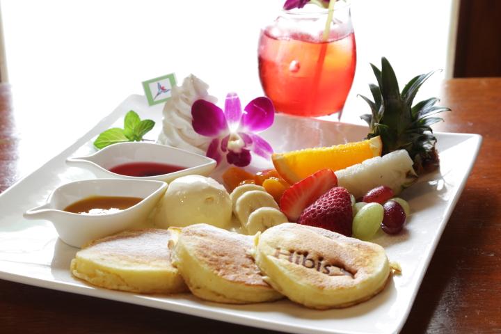 石垣島『hibis cafe』の絶品パンケーキはフルーツソースが決め手!【PR】