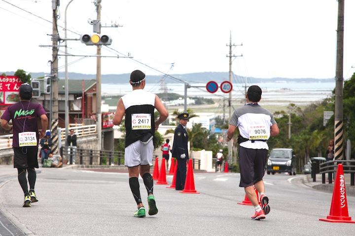 沖縄マラソンのゴール前の坂道の写真