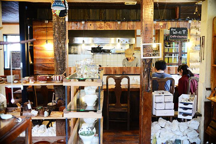 やちむんカフェ・雑貨茶太郎の店内