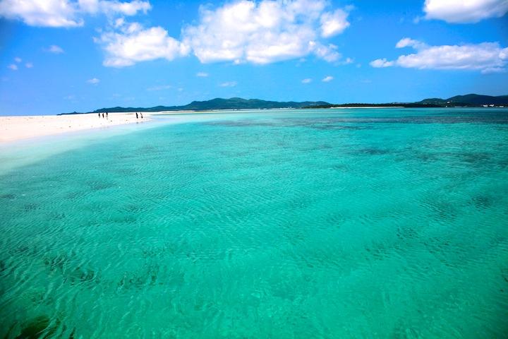 久米島から受ける受ける無人島にあるはての浜。東洋一の美しさといわれるビーチです