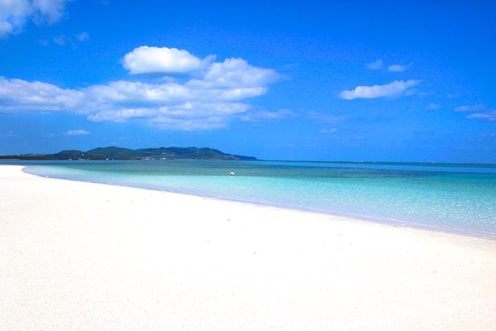 久米島から受ける受ける無人島にあるはての浜。全長7kmにも渡るロングビーチ