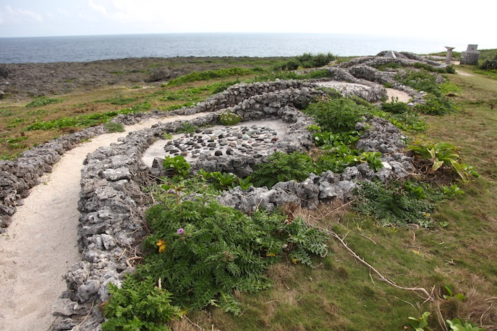 小石を使って作られた蛇の道