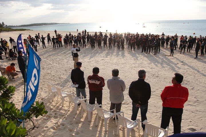 真っ白な砂浜でスタートが切られる久米島トライアスロン大会