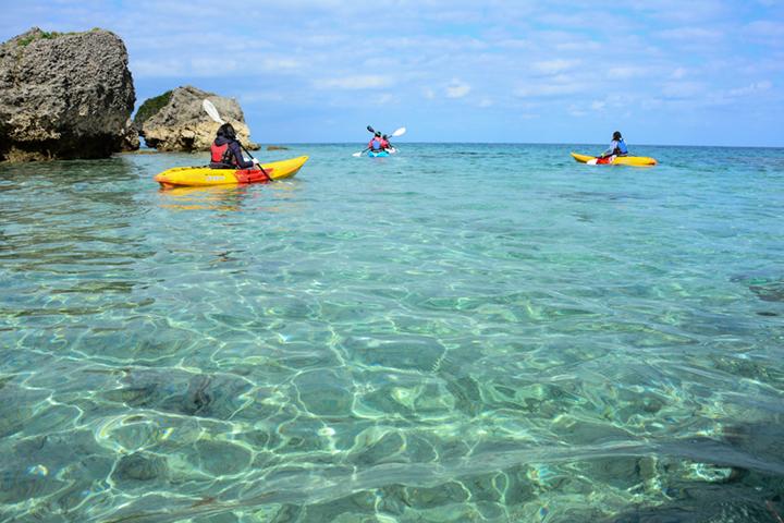 シーカヤックに乗って新たな視点で浜比嘉島(はまひがじま)をぐるり巡る旅【PR】