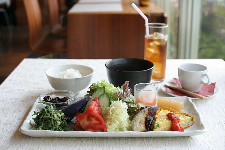 野菜のおいしさに感激する隠れ家カフェ