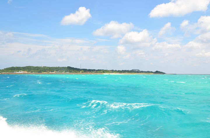 鳩間島のエメラルドグリーンの海