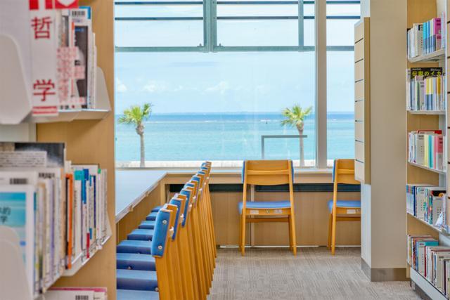 観光客も利用するべき絶景の図書館+α「恩納村文化情報センター」【PR】