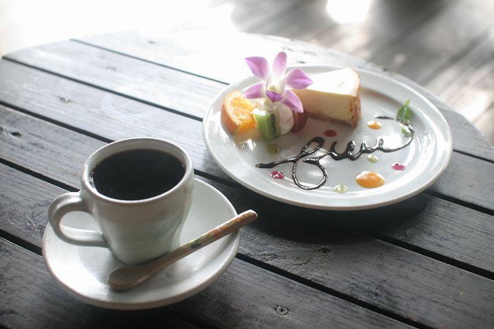 ハンドドリップで丁寧にいれたコーヒーと絶品ケーキ