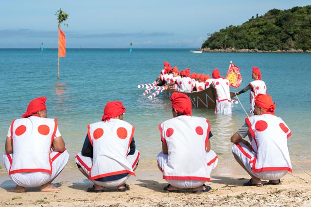 美しい自然浜で行われる伝統の「名城ハーリー」(糸満市)