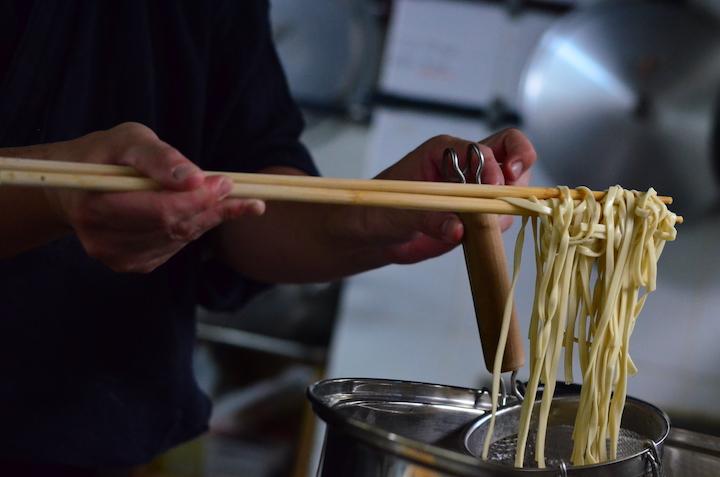 3種類の小麦粉をブレンドした平たい麺