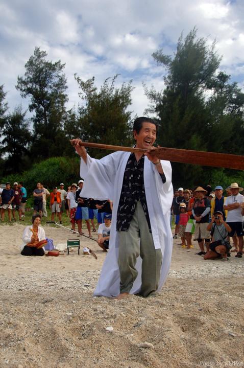 座間味島で開催されるサバニ搬送レース