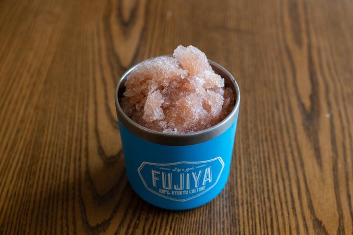 小豆の煮汁を用いて味付けがされた氷