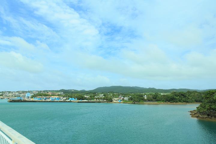 久米島の兼城港と兼城集落
