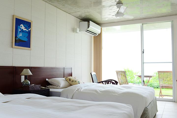 白を基調としたシンプルな寝室