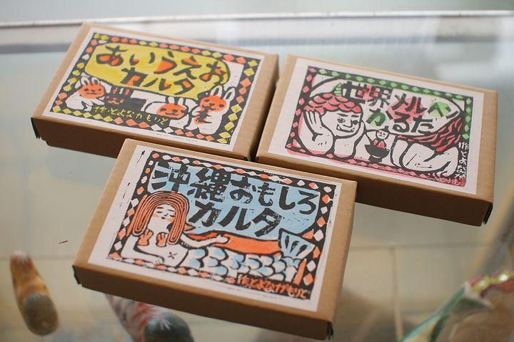 カルタはイラストはもちろん、読み札もユニークでお土産にもぴったり