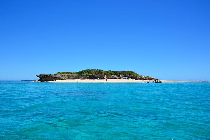 コマカ島は沖縄本島からボートで行ける無人島