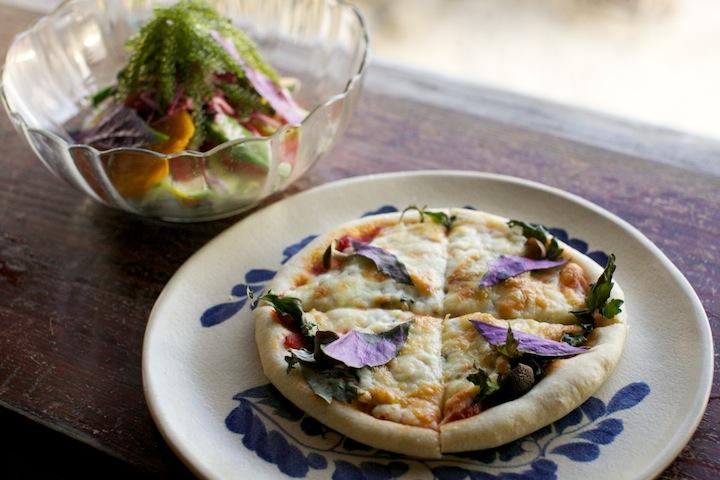 地元の食材を使った自家製ピザ