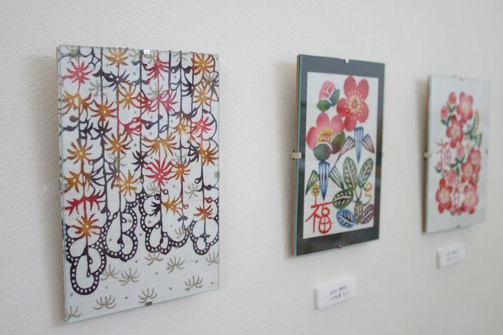 沖縄の花が描かれた壁かけ