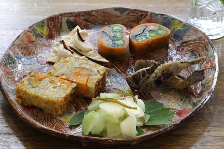 浮島ガーデンは浮島通りにある人気のカフェ、島豆腐を使ったお料理が味わえます