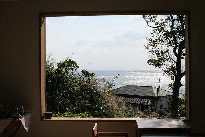 窓からの景色はさちばるの海と空