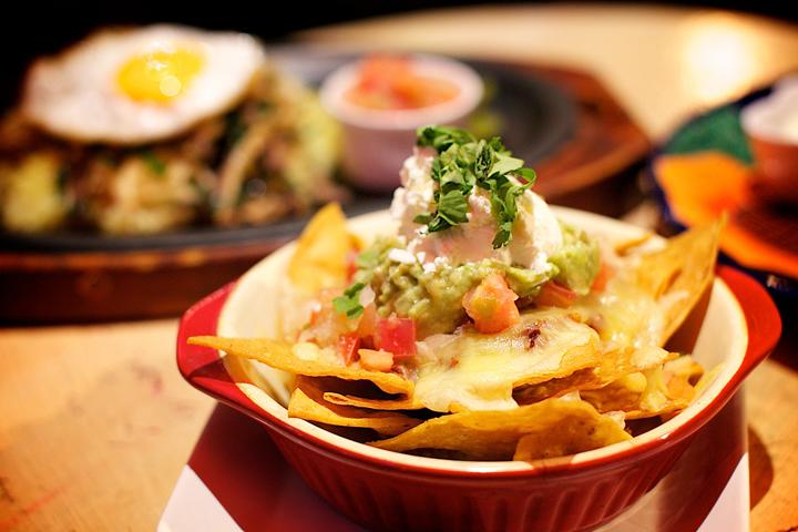 テキーラやコロナと一緒にメキシコ料理を楽しんで