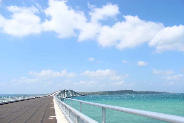 絶景ドライブを楽しむ「伊良部大橋」
