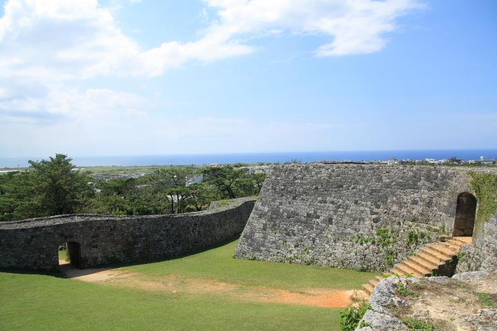 築城家としても名高い護佐丸が作ったグスクの中でも座喜味城が最も美しいといわれています