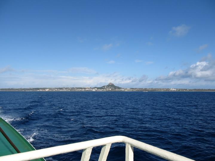 船から見える伊江島のタッチュー