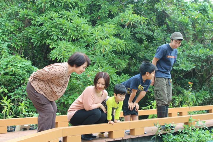 久米島浦地川のビオトープ家族4人写真