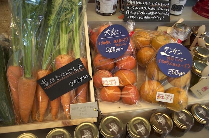 OKINAWA GROCERY(オキナワグロサリー)に並ぶ野菜や果物、加工食品