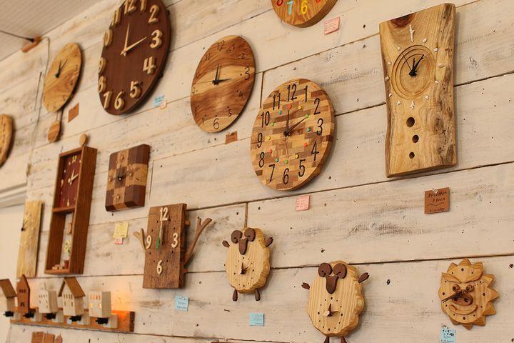mokumokuの時計がかかった壁の写真