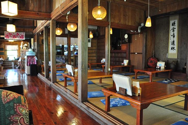 沖縄そば屋「茶処 真壁(まかべ)ちなー」の店内