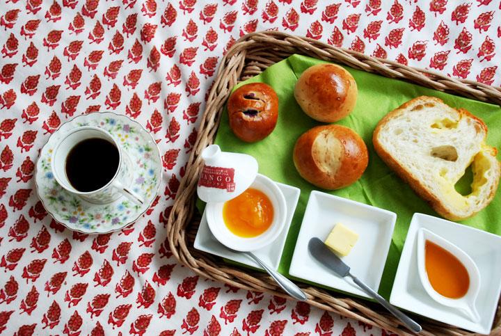 朝食はパンと宮古島の恵み