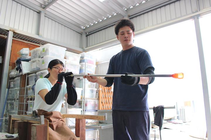 琉球グラスを作っているところ 吹いている