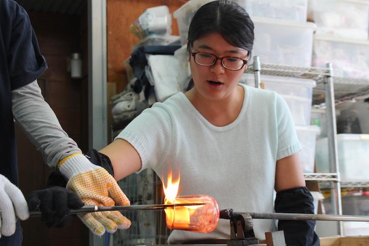 サ温められたガラスと油が反応し、炎が