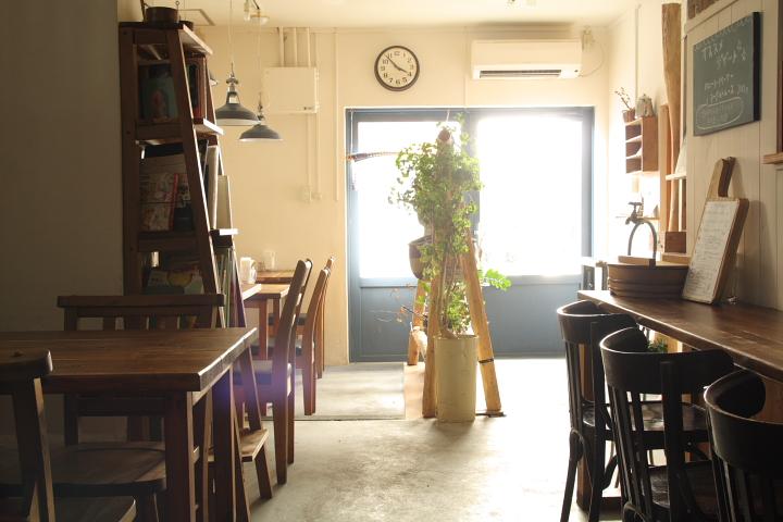 那覇のちいさな食堂ピパーチキッチン(店内)