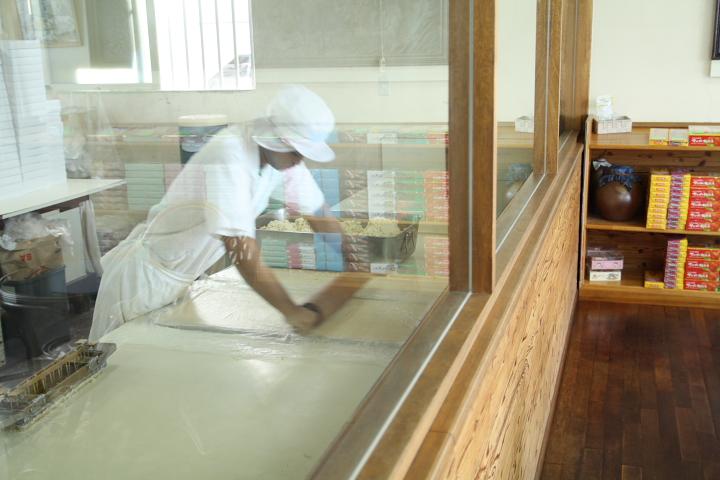 ながはまちんすこうガラス張り工場内写真