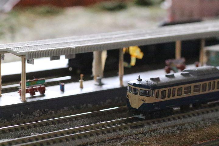 癒やしの緑を背景に列車が走る森カフェ「gyutto」