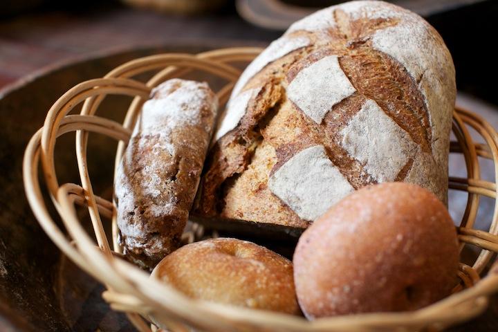 どっしりと重みのある天然酵母パン