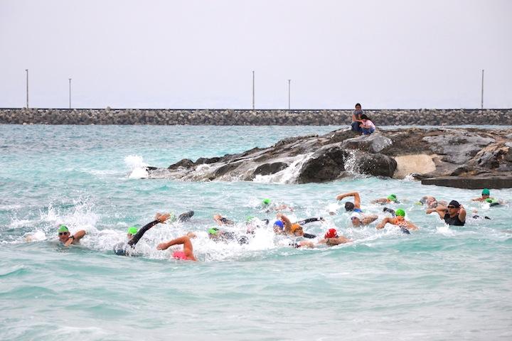 ホワイトビーチスプリントトライアスロンのスイム写真